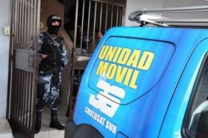 Un policía hondureño hace guardia en el edificio del Canal 36